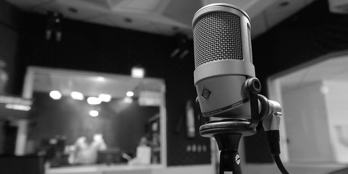 Foto di un microfono in sala di registrazione di una radio.