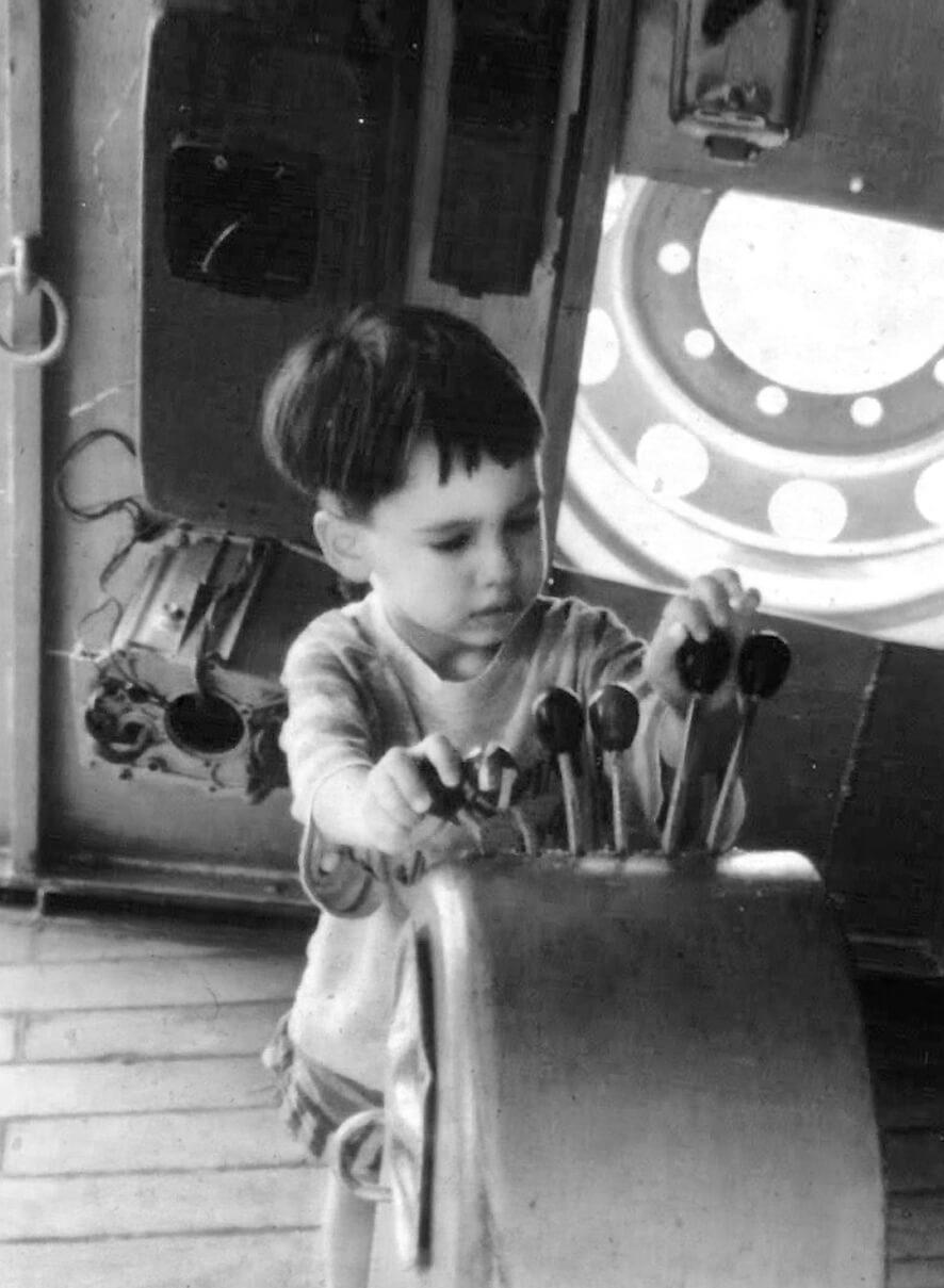 Marco Lipparini da bambino mentre mangia una banana seduto sul seggiolone, foto in bianco e nero