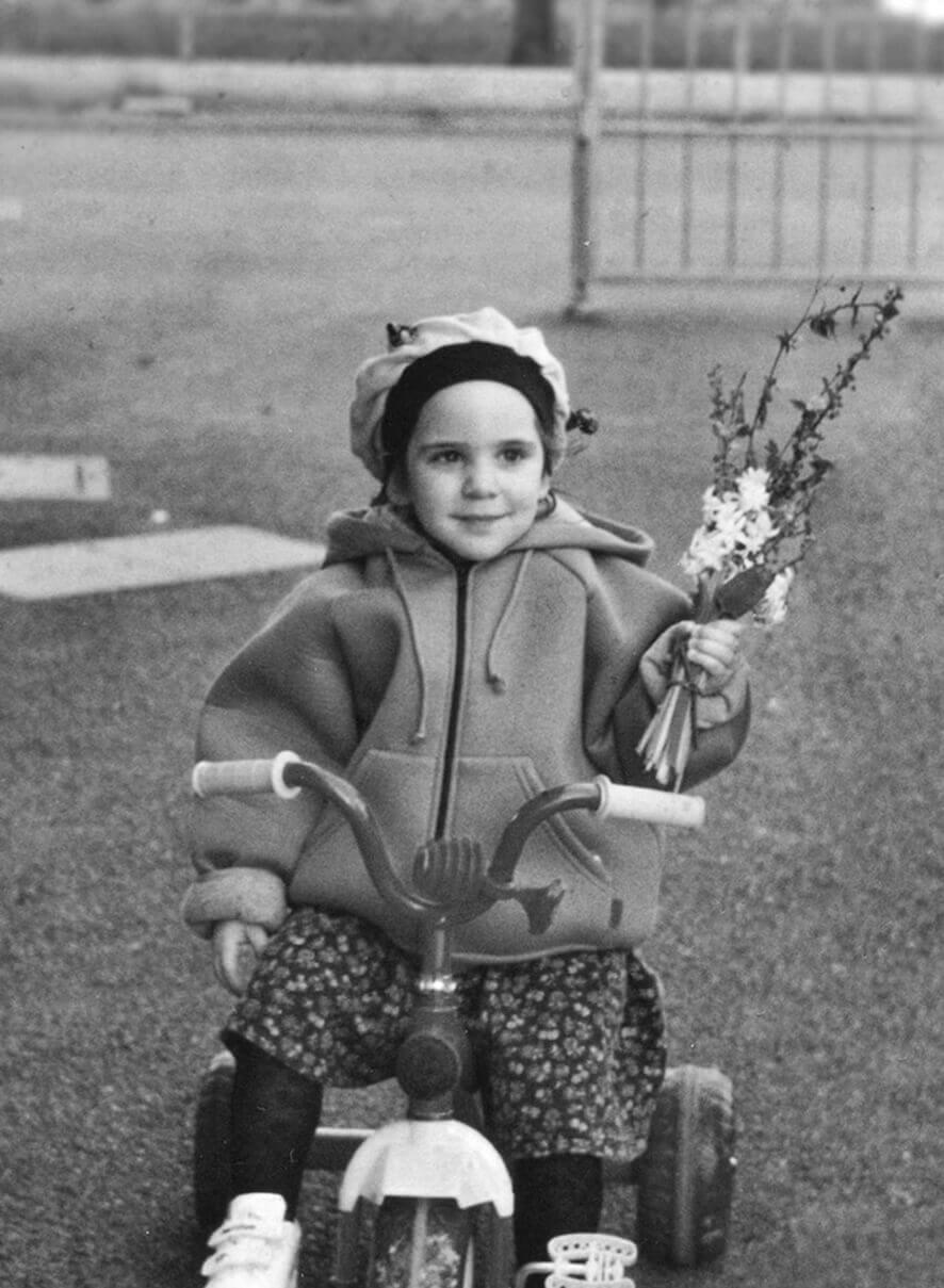 Camilla Di Bella Vecchi da bambina sul triclino in giardino, foto in banco e nero