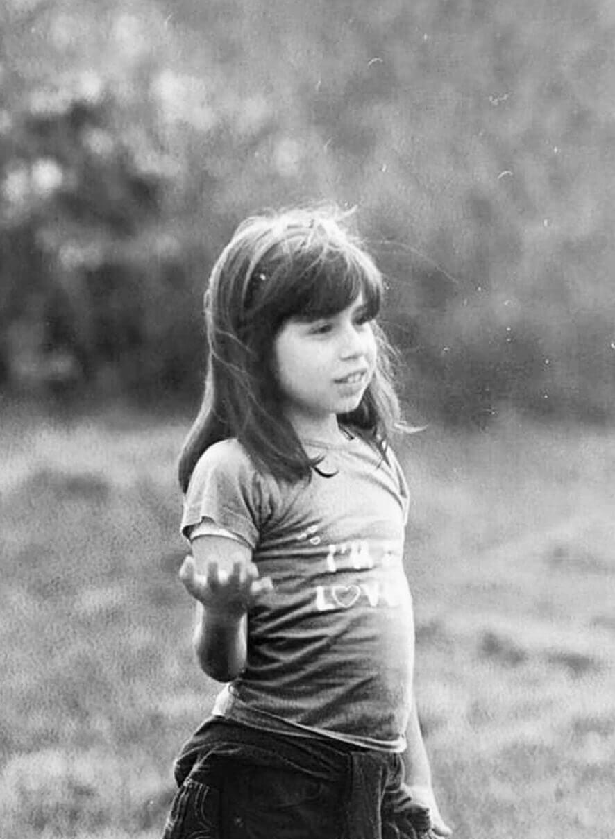 Eleonora Fantoni da bambina in un parco, foto in banco e nero