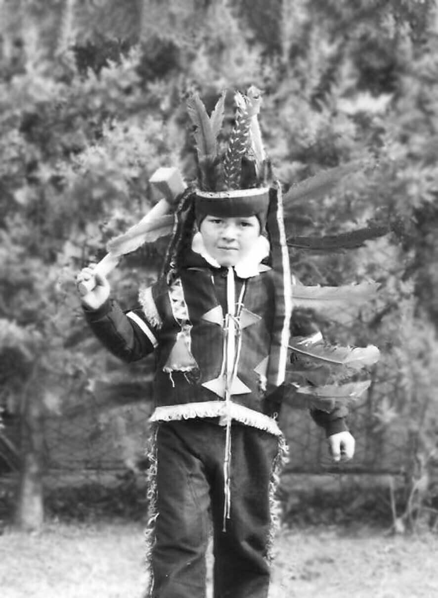 Tommaso Ronda da bambino vestito da indiano in giardino, foto in banco e nero