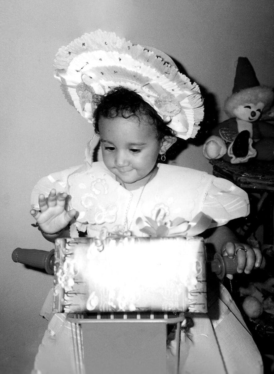 Foto di Aryanni di Silvestro da bambina. Foto in bianco e nero.