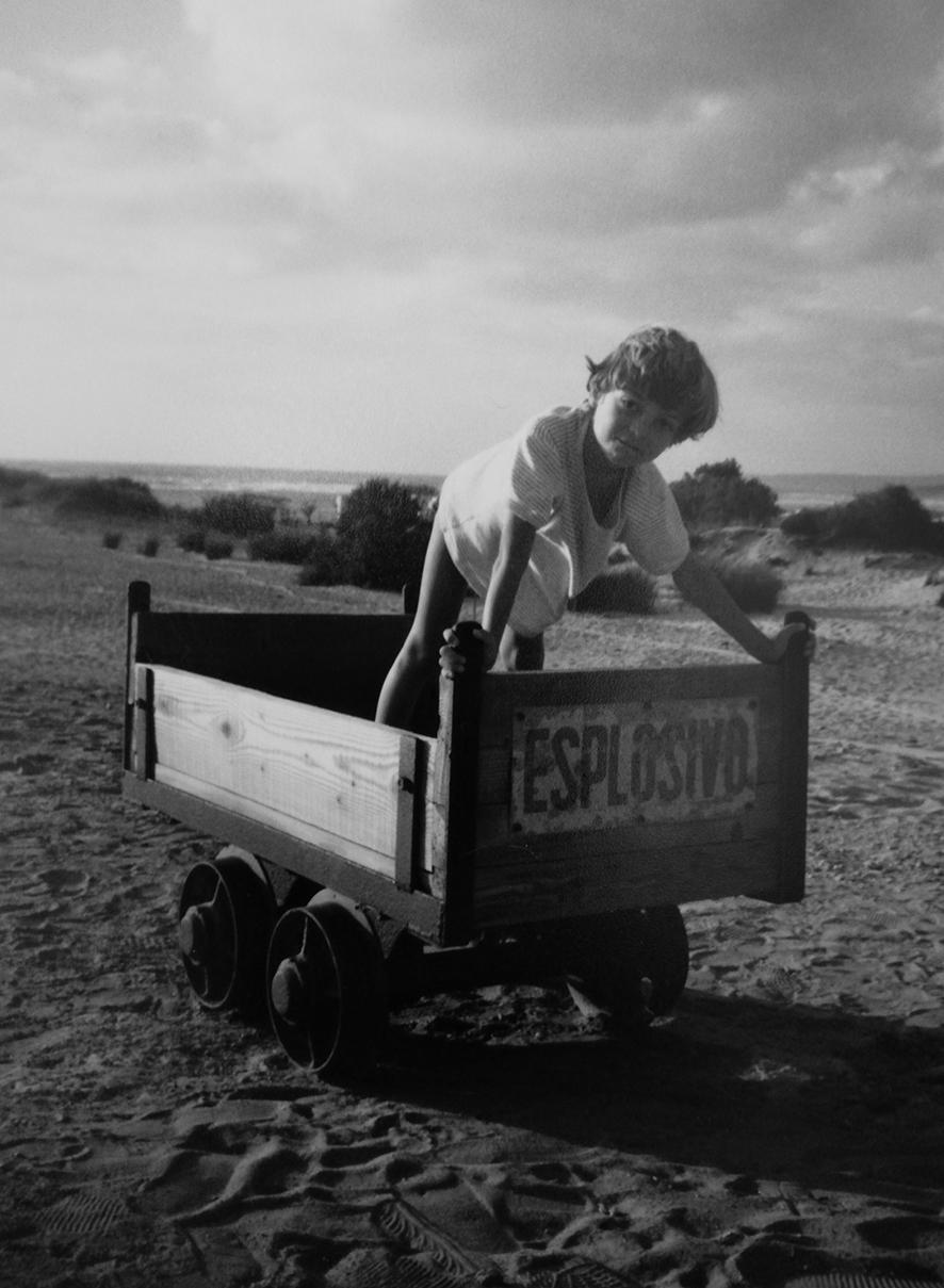 Luca Zecchi da bambino che gioca su un carretto, foto in bianco e nero